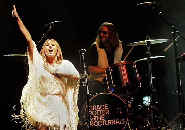 Grace Potter & The Nocturnals於現場表演。
