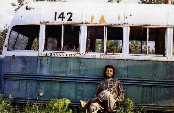 克里斯與荒野中找到的神奇巴士(Magic Bus)合照,也是他的最後身影。